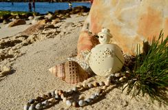 La décoration crème de Noël de bonhomme de neige sur la coquille de plage perle Noël en juillet photo libre de droits