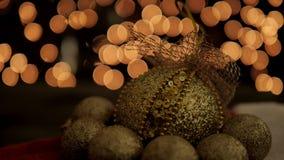 La décoration de boule de Noël d'or sur le bokeh de lueur allume le fond banque de vidéos