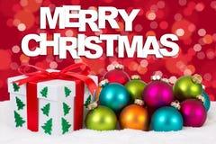 La décoration de carte cadeaux de Joyeux Noël avec le fond rouge s'allume photographie stock
