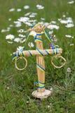 La décoration de mât dans l'herbe parmi la marguerite fleurit Photo libre de droits