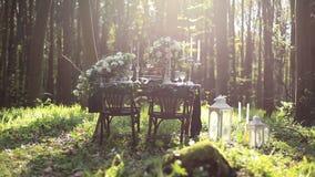 La décoration de mariage sur la nature dans la décoration de mariage de forêt en chocolat modifie la tonalité Gâteau de chocolat  banque de vidéos