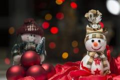 La décoration de Noël avec des bonhommes de neige a coloré des lumières, des rubans et le Re images stock