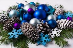 La décoration de Noël avec la couleur pourpre et bleue ombrage des ornements Photos stock