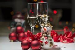 La décoration de Noël avec le bonhomme de neige a coloré des lumières, glas de champagne image stock