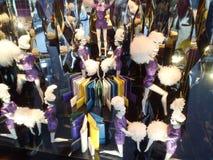 La décoration de Noël dans les fenêtres de Galeries Lafayette partent photographie stock libre de droits