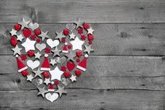 La décoration de Noël a formé le coeur sur le fond en bois gris Photographie stock libre de droits