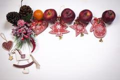 La décoration de Noël sur le fond en bois blanc de vintage Calibre de carte de voeux de nouvelle année Moquerie de vacances  St s Images stock