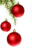 La décoration de nouvelle année avec le pin ou le sapin et le rouge ornemente des boules Images stock