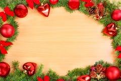 La décoration de nouvelle année avec le pin ou le sapin et le rouge ornemente des boules Image stock