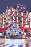 La décoration de nouvelle année devant le magasin central Masque rougeoyant Place de théâtre Saisons de Moscou L'hiver photo libre de droits