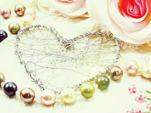 La décoration de symbole de coeur avec les roses artificielles fleurissent le concept de fond de jour du ` s de valentine Photo libre de droits