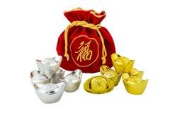 La décoration des lingots chinois d'or et du sac rouge de tissu ou de soie est Photographie stock libre de droits