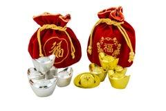 La décoration des lingots chinois d'or et du sac rouge de tissu ou de soie est Image stock