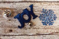 La décoration en bois bleue d'arbre de Noël a défini la joie Photos stock