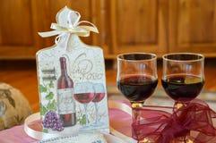 La décoration faite main sur un conseil en bois et les verres wine Photographie stock