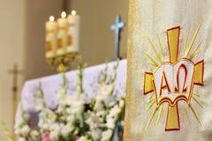 La décoration fleurit dans l'église avant cérémonie de mariage Image libre de droits