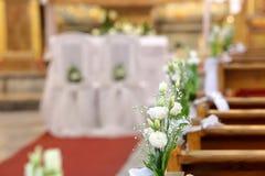 La décoration fleurit dans l'église avant cérémonie de mariage Images stock