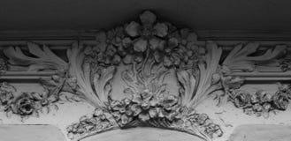 La décoration florale se développe au-dessous du balcon Photo libre de droits