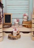 La décoration intérieure a installé avec les fleurs et le cadre de tableau Image libre de droits