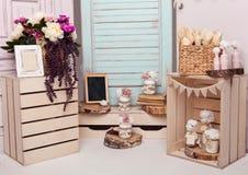 La décoration intérieure a installé avec les fleurs et le cadre de tableau Image stock