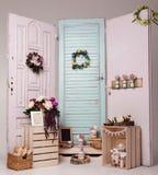 La décoration intérieure a installé avec les fleurs et le cadre de tableau Photos stock