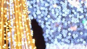 La décoration trouble de nouvelle année de lumières sur les rues Règne la couleur jaune et bleue Silhouettes évidentes du dépasse clips vidéos