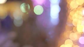 La décoration trouble de nouvelle année de lumières sur les rues Règne la couleur jaune et bleue Silhouettes évidentes du dépasse banque de vidéos