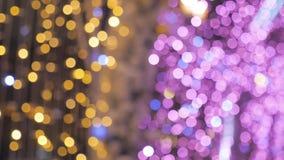 La décoration trouble de nouvelle année de lumières sur les rues Règne la couleur jaune et pourpre banque de vidéos