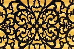 La découpe d'un trellis en métal avec un ornement sur un fond jaune images libres de droits