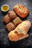 La défaite fraîchement cuite au four, le pain de ciabatta et les petits pains de sandwich ont servi avec l'huile d'olive vierge s Photos libres de droits