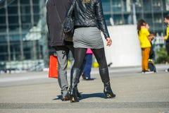La défense de La, France 9 avril 2014 : Couples élégants marchant dans une rue L'homme utilise le costume gentil et la jupe court Photos libres de droits