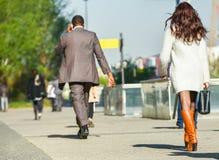 La défense de La, France 10 avril 2014 : portrait d'une femme d'affaires marchant avec le sac sur une rue Elle porte la jupe cour Photographie stock libre de droits