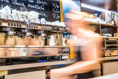 La défense de La, France - 17 juillet 2016 : barmaid trouble dans le grand restaurant français traditionnel dans la ville de la d Photographie stock