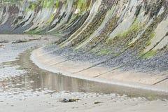 La défense de mur de mer sur une plage anglaise Photos stock