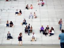 La défense de La, Paris, Frances, le 20 août 2018 : les gens s'asseyant et marchant sur les escaliers de la voûte grande photographie stock