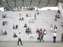 La défense de La, Paris, Frances, le 20 août 2018 : les gens s'asseyant et marchant sur les escaliers de la voûte grande images libres de droits