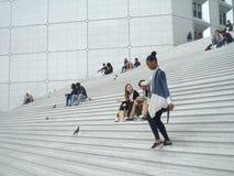 La défense de La, Paris, Frances, le 20 août 2018 : les gens s'asseyant et marchant sur les escaliers de la voûte grande photo libre de droits