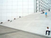 La défense de La, Paris, Frances, le 20 août 2018 : les gens s'asseyant et marchant sur les escaliers de la voûte grande photos stock