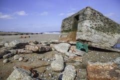 La défense de plage de la guerre mondiale 2 a découvert par la montée subite de marée images libres de droits