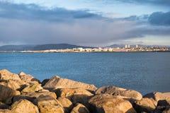 La défense et fortification côtières Brise-lames pierreux en mer Docks, ports et lagunes de bordure de brise-lames brise-lames photo libre de droits