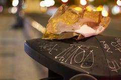 La dégradation urbaine avec des déchets a dispersé autour de la ville images libres de droits