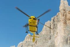La délivrance médicale de vol d'hélicoptère de délivrance a blessé le grimpeur sur Tre Cime l'Italie, dolomites Photos libres de droits