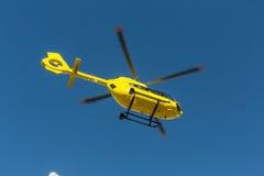 La délivrance médicale de vol d'hélicoptère de délivrance a blessé le grimpeur sur Tre Cime l'Italie, dolomites Photos stock