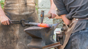 La démonstration par deux forgerons travaillent le métal à la vieille manière Photos libres de droits