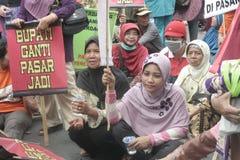 La démonstration traditionnelle Soekarno Sukoharjo de conduite de vendeurs du marché des femmes Photo stock