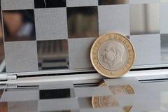 La dénomination turque de pièce de monnaie est de 1 Lire dans le miroir reflètent le portefeuille - arrière Photographie stock