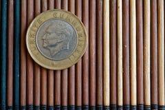 La dénomination turque de pièce de monnaie est mensonge de 1 Lire sur la table en bambou en bois, bonne pour le fond ou la carte  Photos libres de droits