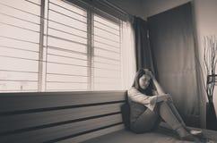 La dépression asiatique de femme ont une tristesse de mal de tête et de sentiment dans la chambre à coucher images libres de droits