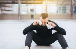 La dépression d'homme de sport ont un mal de tête et une tristesse se sentante extérieurs photo stock