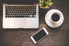 La détente d'espace de travail refroidissent le travail pour le bureau et conçoivent le smartphone d'ordinateur portable Photos stock